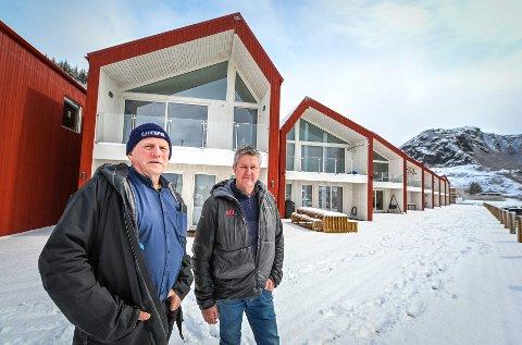 Lurøyfjerding Karl Arntzen og ranværing Hans Johnny Høgås står bak utbyggingen av rorbuene. På tross av at vi skriver godt ut i mai var både brygga og båtene dekket av snø.