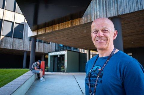 Thomas Skonseng, rektor ved Polarsirkelen videregående skole, stiller gjerne skolens lokaler til disposisjon for å videreutdanne fagarbeidere i regi av Fagskolen i Viken og Nordland fagskole.