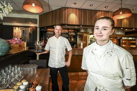 Full servering: Tov Van Haasterecht syns det er gøy å jobbe når restauranten er full. Det samme sier lærling Benedicte Marie Finneide. Foto: Øyvind Bratt