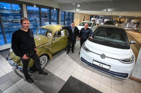Daglig leder Kenneth Rabben på Sulland AS sammen med to selgere, Torgrim Olsen og Jørn Ove Ovesen, med ei boble fra 1959 og en elbil av årets modell. Nå går forbrukerne som kjøper helt ny bil i større grad over til elektriske biler, viser statistikk både lokalt og ikke minst nasjonalt.