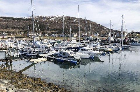 NØKKELBOKSTAV NR. 2:  I ukas siste oppgave skal vi til et sted med yrende båtliv. Det er også et kommunikasjonsplass. Hva heter stedet? Foto: Arne Forbord