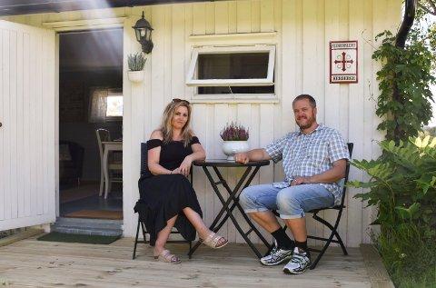 TAR IMOT PILGRIMER: June Elisabeth Wiig Kielland og Lars Erlend Kielland har etablert et pilgrimsherberge i hagen.