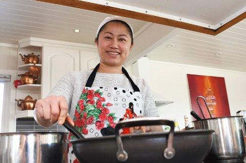 Trives med matlaging: Mona Sundgaard har byttet ut sykepleieruniform og militærklær med matforkle.