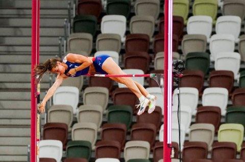 UTE AV STAVKONKURRANSEN: Lene Retzius i aksjon på OL-stadion i Tokyo mandag. Dessverre klarte ikke Moelv-jenta å komme seg over 4,40.