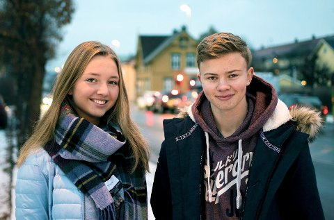 Refleks: Rikke Enger Dihle (18) og Aslak Moholdt (15) mener det er viktig å bruke refleks når det er mørkt ute.
