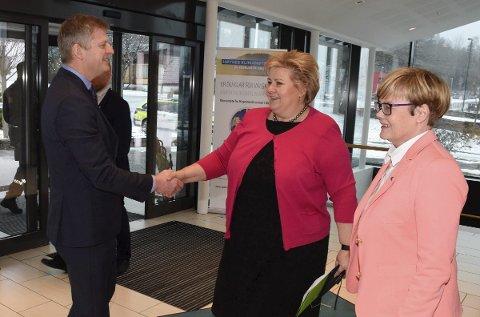 Erna Solberg kommer tilbake til Sundvolden hotel kommende helg. Her hilser hun på hotelldirektør Tord Moe Laeskogen.