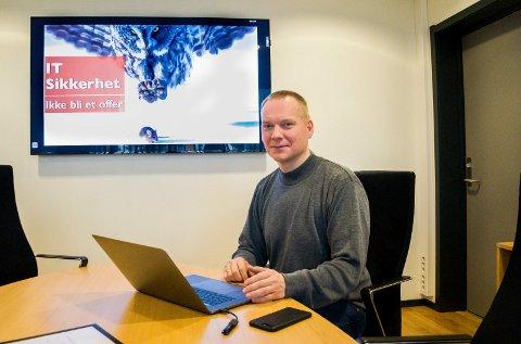 UTEN BREDBÅND: Hugo Klemmestad jobber med datasikkerhet hos Office Center i Hønefoss. Men hjemme har han vært uten bredbånd i halvannen måned.