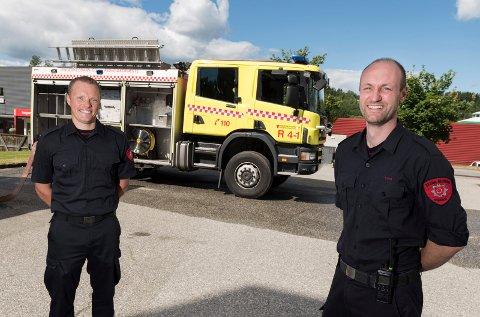 Jonas Ottesen og Stian Roa er begge med i deltidsstyrken på Sokna som sammen med Nes i Ådal får nyere og bedre redningsbiler. Bilene skal nå utstyres og gjøres klare.