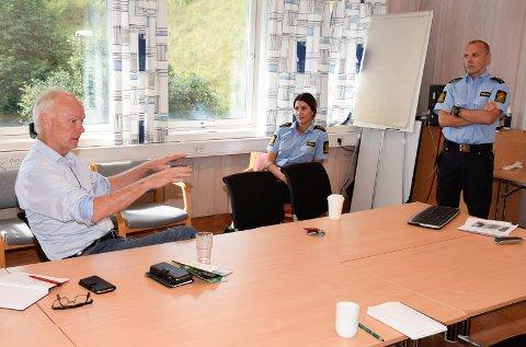 Stortingsrepresentant Per Olaf Lundteigen (Sp) møter tillitsvalgte i Hønefoss-politiet, Anette Brandlistuen og Verner Svendsen. Nå vil han vite hva justisministeren mener om en eventuell nedleggelse av arresten.