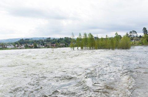 Det er fortsatt mye vann som renner gjennom Hønefoss. Men nå er flomfaren justert ned av NVE.