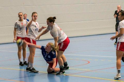NY SESONG: Eirin Løkkemo (blå) og HSK-jentene er i gang med ny sesong. Løkkemo scoret tre mål mot ROS. Her fra forrige sesong.