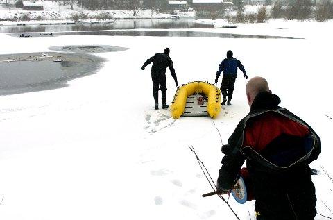 Ringerike brannvesen øver på redning av personer som går gjennom isen.