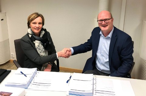 KONTRAKT: Kommunalsjef Christine Myhre Bråthen og daglig leder i Betonmast Ringerike, Philip van de Velde, har undertegnet kontrakten for bygging av nye Heradsbygda omsorgssenter.