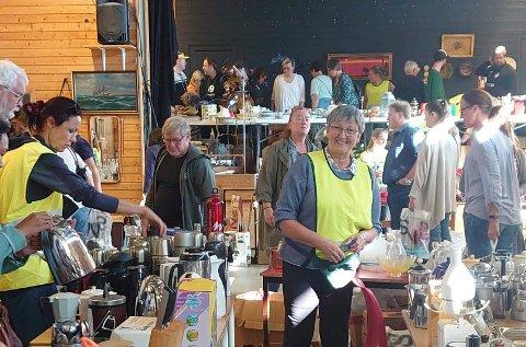 MANGE KUNDER: Det var mange innom Eikli skoles loppemarked på Hønefoss skole i helga. Laila Odny Bakke var en av flere besteforeldre som tok i et tak for å støtte korpset. Foto: Eva Bakke