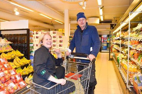 FORNØYDE: Både butikksjef Elin Øen og Knut Sønsteby som er fast kunde på Spar, er glade for at butikken nå blir mer moderne.