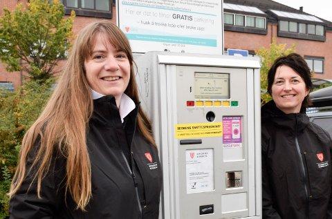 IKKE SKUMMELT: Mona Orebråten (t.v.) og Therese Zapffe tror de kommer til å trives i jobbene som trafikkbetjenter. De har foreløpig ikke møtt noen sure bilister.