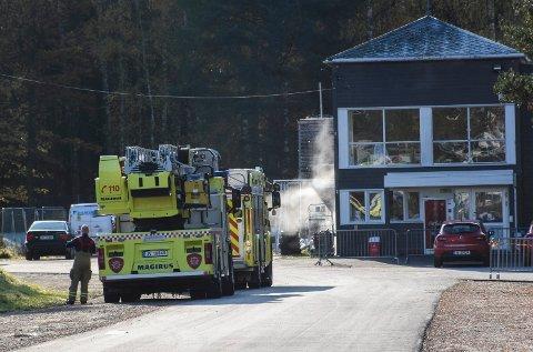 UTRYKNING: Brannvesenet rykket ut til Schjongshallen torsdag formiddag. Røyken er damp og skyldes ikke brann.