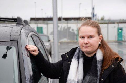 BULK: Silje Marie Venåsen har her hånden på bulken som viser hvor isen traff.