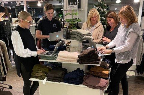 GOD HJELP: Mens Elin Bredesen, Janne Stepanenko Nilsen, Anita Korneliussen og Anne Marthe Grina er gode på klær, er Torbjørn Zareus Bergen mannen som har sørget for å få butikken inn i de tusen hjem.