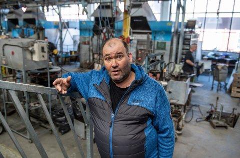 TILLITSVALGT: Jan Erik Weisten er tillitsvalgt for de permitterte i produksjonen på glassverket. Han er bekymret for framtida, men håper ferie i Norge slår godt ut også for Hadeland Glassverk.