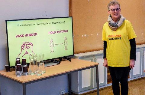 STRÅLENDE FORNØYD: Kristin M. Andresen synes vaksine-lokalene på Eikli skole er fantastiske.