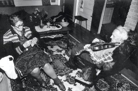 SPELEMANNEN:  Sonnev og Gunnar Dahle hjemme i stua på Miland i 1983.