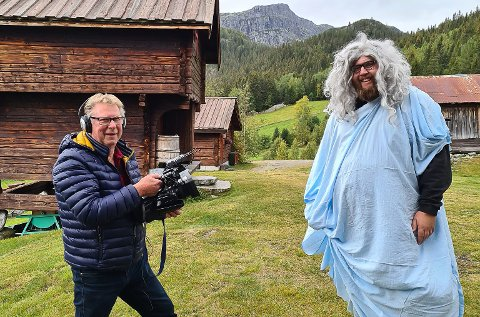 FILMSAMARBEID: Bjørn Nysveen og Tor Olav Aase Kåsa - her som Odd Nerdrum - håper at enda flere skal få lyst til å flytte til og kjøpe hytte i Tuddal.