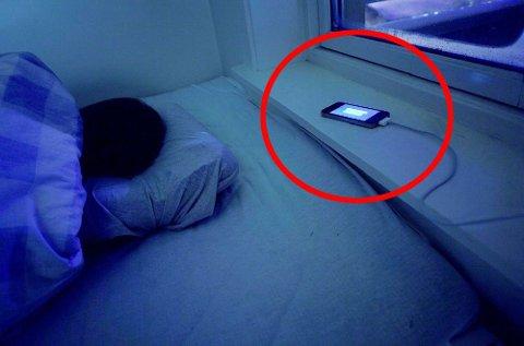 Minst 3 av 10 nordmenn lader mobilen hver natt, og lading mens vi sover er mer utbredt jo yngre vi er. (Foto: NTB scanpix)