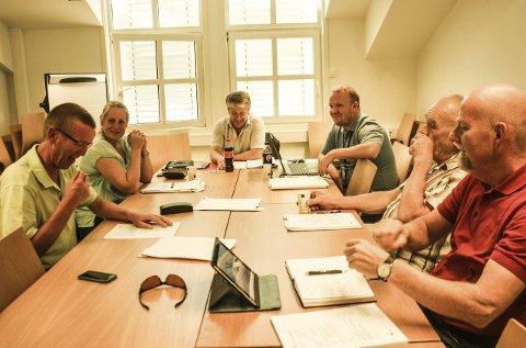 VIL HA SVAR: Leder Tor-Arne L. Jensen (midten) og resten av kontrollutvalget i Sørum har flere spørsmål knyttet til pengebruken i SNR. Fra høyre: Bjørn-Arild Hoelsengen, Anita Heier, sekretær Øystein Hagen, Steinar Dalbakk og Tore Kampen, nestleder i utvalget.