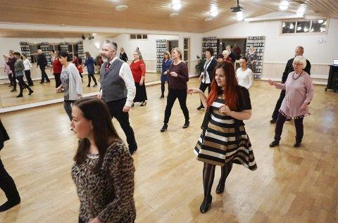 Linedance: Danses, som navnet tilsier, på linjer og uten dansepartner.