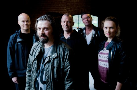 "Musikerne på ""Trollspeil"". Fra venstre: Vesa Pekkala (gitar, synth), Henning Bergersen (vokal), Jørn Gundersen (bass), Geir Ormøy (trommer), Ida Skarsvik Hekneby (kor)"
