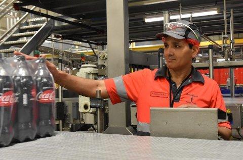 22b77e3e Mohammad Hafeez liker jobben som operatør. Han er også tillitsvalgt. Foto:  Line Scheistrøen