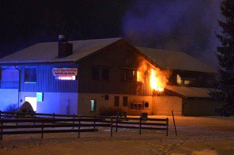 Det brenner i Østli pølsemakeri i Maura.