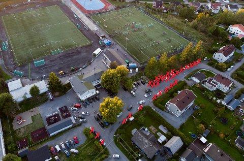 Ulovlig: Ifølge skiltingen rundt stadion sto 27 av de 67 bilene på dette bildet ulovlig parkert. Foto: Vidar Sandnes