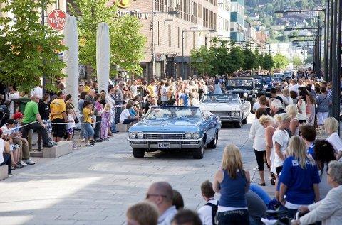CRUISING: Kortesje av amcarbiler på USAs nasjonaldag  har lang tradisjon i Lillestrøm. Nå skal veterankjøretøyer spre glede på vår egen nasjonaldag.