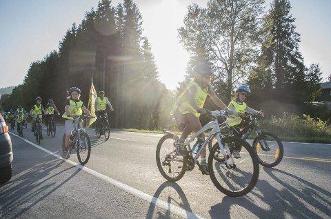 STRÅLENDE: Sykkelaksjonen i Hurum ble gjennomført i strålende sol og med hjelp fra uniformert politi. Foto: Finn Dale Iversen