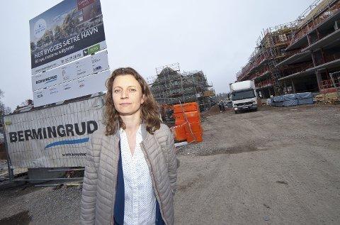IKKE SPISS: Bygget bak kommunalsjef Linn Tautra Grønseth skal etter planen ha en spiss takform, men flere har klaget på at den er buet.