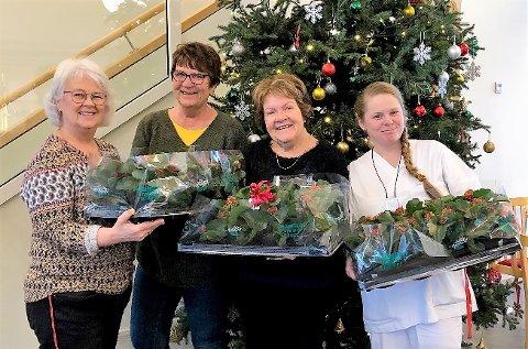 SPRER JULEGLEDE: Husøkonom Helene Jahren på Bråset fikk overrakt blomster av Sissel Lindstrøm og Merete Skeie sammen med Maria Roberts som tok i mot på vegne av en av avdelingene.