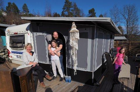 CAMPINGKOS:  Irene  og Per Inge Sørstrøm koser seg med klargjøring av campingplassen på Holmsåsen sammen med barna Malin Aurora (10) og Linnea Isabell (7).