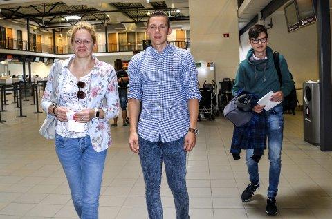 Torp: – Vi visste ikke at vi har krav på erstatning etter lengre forsinkelser, sier Ingrida Doksiene. Til høyre Gustas Doksas og Nojus Kazancwas. Foto: Paal Even Nygaard