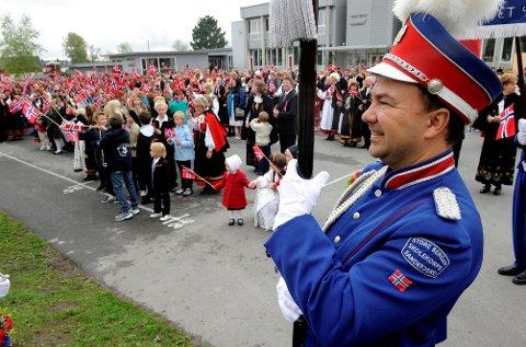 ENGASJERT: Paal Bye Johansen, her på 17. mai på Virik skole i 2010, har vært ansvarlig for tivolidugnad både for korps, teater, håndball og rytterklubben. – Det er uvurderlige penger, og tilsvarer svært mange foreldretimer, sier han.