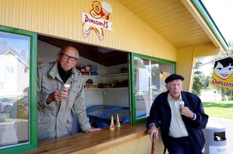 ISKIOSK: Tidligere direktør i Diplom-Is Brevik, Finn Wittersø, og Tancred Røed spiser is ved en nyrestaurert kiosk på Strand leirsted i 2011. Kiosken var blant de første fra Røed Trevarefabrikk.
