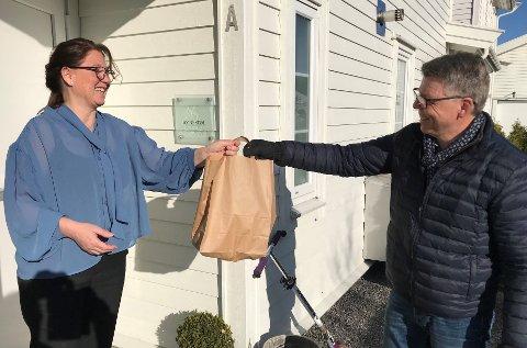 GA PÅSKELUNSJ: Hilde T. Dynestøl fikk adm.dir. Sven O.Ingebretsen i Sergel Norge på døra som takket for den fantastiske innstillingen hos sine ansatte på hjemmekontor.