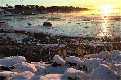 FROSTRØYK OG SKO-KNIRK: Det knirker under støvlene i mange minus. På Solløkka var det 14 minusgrader lørdag morgen. Hvor kaldt var det der du bo? Legg gjerne inn bilder under posten vår på Facebook. FOTO: Vibeke Bjerkaas