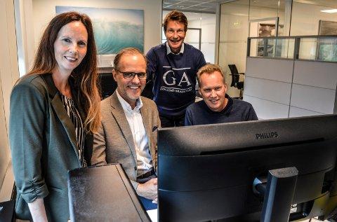 PÅ JAKT: Trine Kristoffersen (f.v.) i Fjellsport, Espen Jensen i Gurusoft og Morten Fadum i Multicase er stadig på jakt etter programmere. Fra høsten tilbyr Atle Bjurstedt (i bakgrunnen) studieplasser på Gokstad Akademiet til dette.