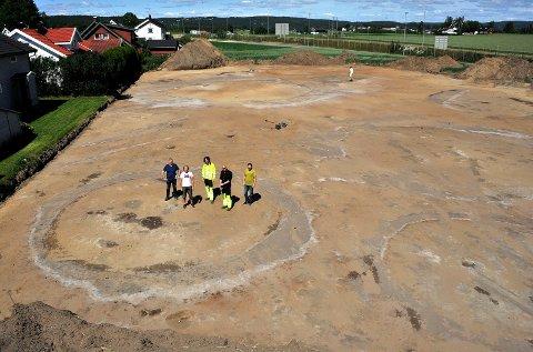 GRAV(E)FERD: Stig Svendsen, Ole Petter Løvstad, Jacob Kile-Vesik, Frode Iversen og Jarle Torp har tatt oppstilling på den store gravplassen.