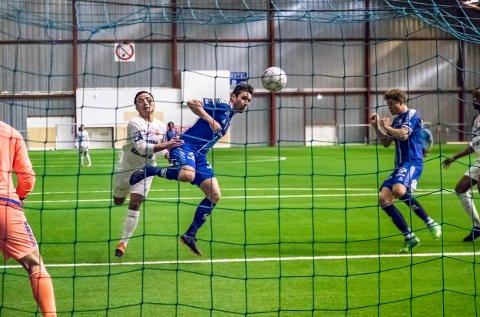 MÅL: Her header midtstopper Anders Østli inn 7-0-målet mot Østsiden.