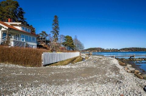 ULOVLIG, MEN TILLATT BRUKT: Denne anleggsveien på Komperødlandet er ulovlig, men kommunen vil tillate at den brukes. (Den hvite hytta til venstre på bildet har ikke noe med saken å gjøre).