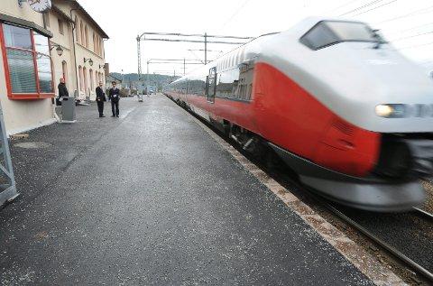 Fra 6. oktober kan i praksis også togene til utlandet gå fra Halden stasjon. Men det er opp til jernbaneselskapene.