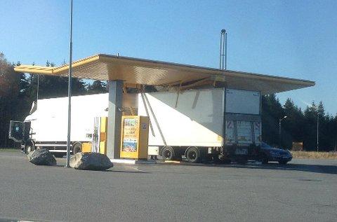 Lastebilen ble for høy for taket på bensinstasjonen i Råde i Østfold.